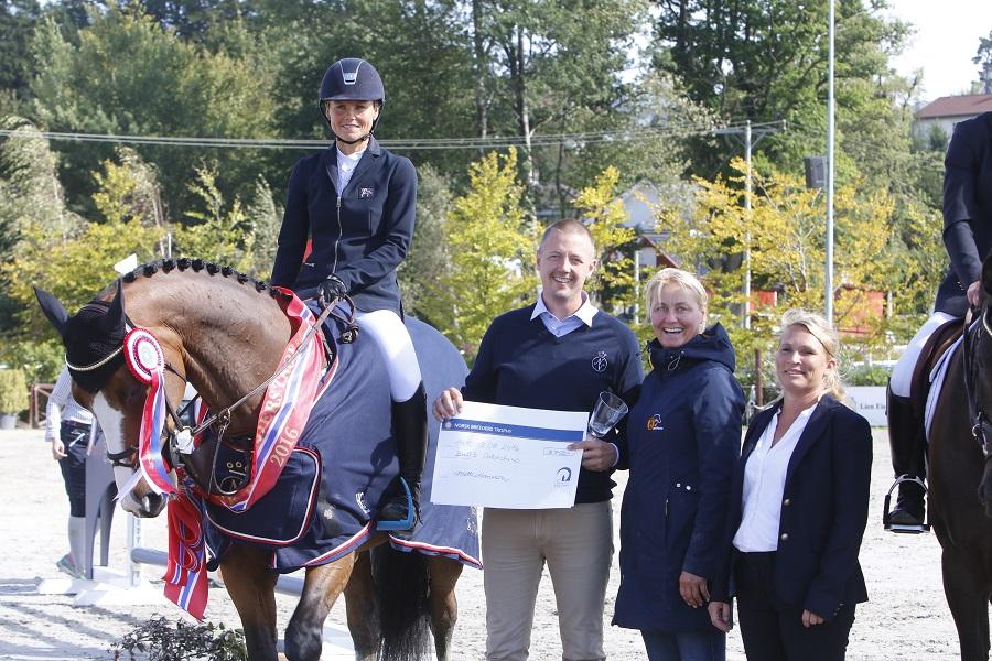 Vinner av Norsk Breeders Trophy for 5-åringer; Bull`s Cabachino tøylet av Nina Braaten.